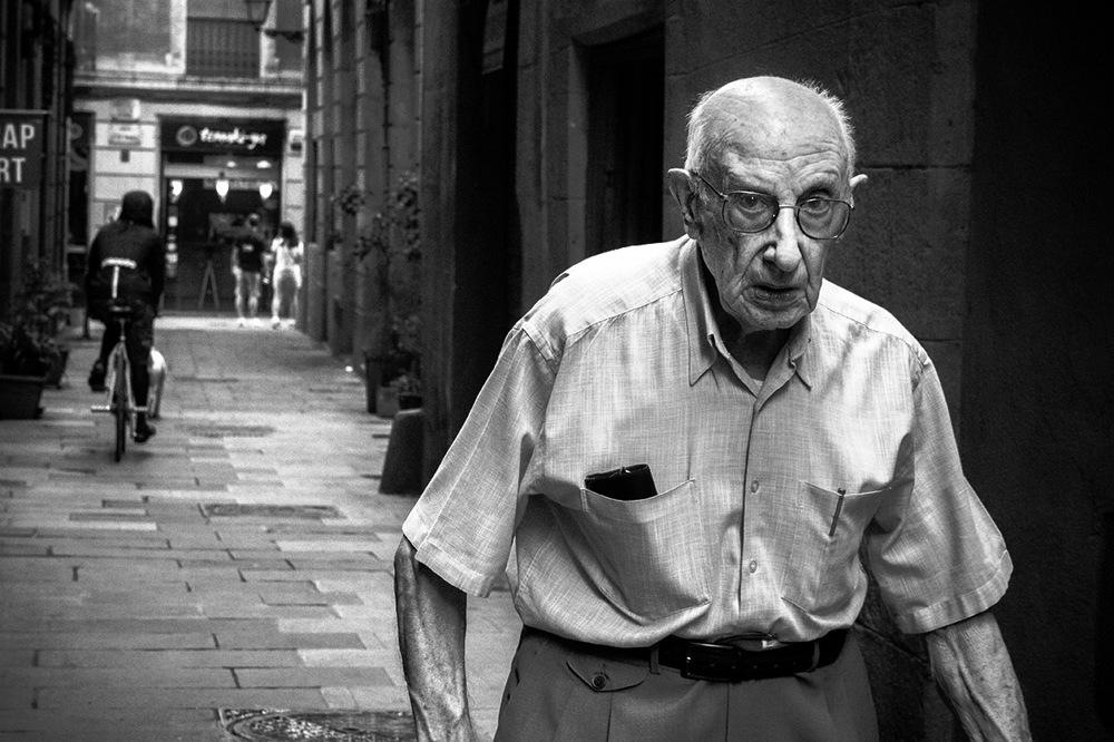 photoblog image Abuelo de caminar parsimonioso y desconfiado