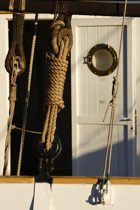 photoblog image Cuerdas, nudos y puertas.