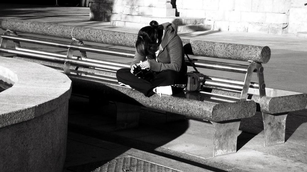 photoblog image Joven en un banco