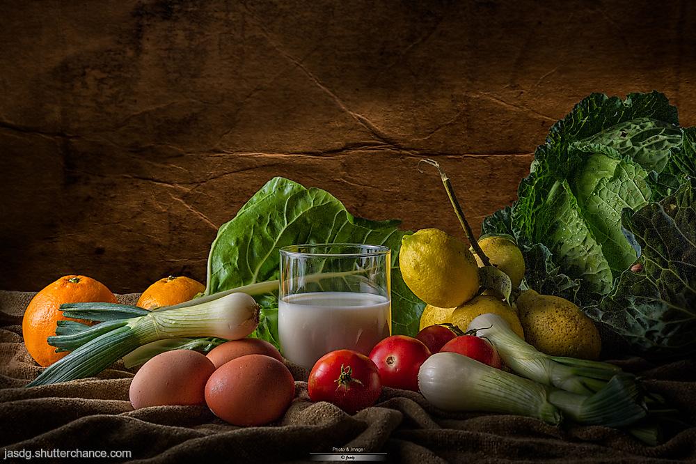 photoblog image Bodegon de verduras, fruta, huevos y leche