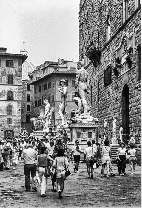 photoblog image Florence, statues, tourists
