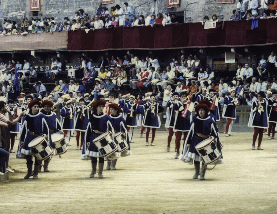 photoblog image Siena - Before the palio - The band gets going